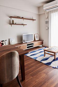 ダイニングベンチを兼ねた地中海テイストのテレビボードです。白をベースに扉のみウォルナットの素材を当て込み、アクセントとして金色の少しデコラティブな取っ手金物をあしらう事で、どことなく海を感じる爽やかさと高級感を感じられる素材感が共存するデザインをご提案しました。