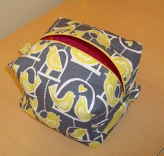 Fully lined zippered box pouch - pattern and tutorial Zipper Pouch Tutorial, Purse Tutorial, Diy Sewing Projects, Sewing Tutorials, Tutorial Sewing, Bag Tutorials, Box Patterns, Purse Patterns, Sewing Patterns