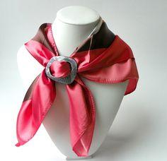 Šátek se sponou do růžova