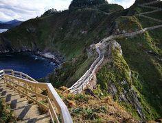 Turismo señalizará la sorprendente Punta Socastro, en la entrada de la ría de Viveiro Cool Magazine, Spain Travel, Santorini, Places To Travel, To Go, Water, Outdoor, English Tips, Portugal