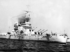 RN Giulio Cesare  Entrata in servizio il 7 giugno 1914 e ricostruita nel 1937, dislocava 29000 tonnellate di stazza ed era munita come la pari classe Conte di Cavour di 10 cannoni da 320/44 su due torri trinate e due binate e 12 da 120/50 su sei torri binate: alla fine della guerra sarebbe passata in conto danni all'URSS, prendendo il posto lasciato dalla corazzata inglese Royal Sovereign, che ne avrebbe fatto l'unità di punta della sua flotta col nome di Novorossijsk.