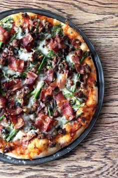 Pizza sans lactose au boeuf épicé, bacon et oignons caramélisés