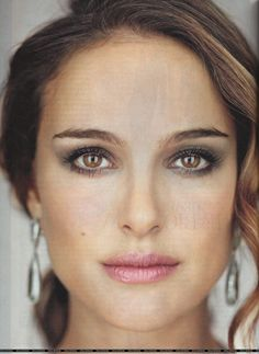 Bright lip gloss on delicate pink tones. - Trucco occhi - Make up Eyes - Natalie Portman, Martin Schoeller, Make Up Dupes, Make Up Palette, Iridescent Lipstick, Smoky Eyes, How To Draw Eyebrows, Bright Lips, Lipgloss