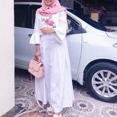 White pink hijab ootd