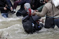 Incierto destino de miles de refugiados tras una épica huida hacia Macedonia