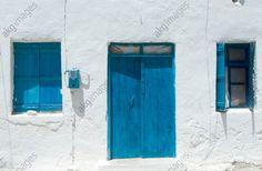 Loutro (île de Crète, Grèce). Maison traditionnelle peinte en bleu et blanc.
