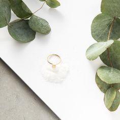 Fino anillo que en su parte superior tiene una pieza en forma de tubo con una textura muy sutil que lo convierte en una pieza muy delicada y bonita