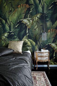 Trend 2018 - botanische prints als accentmuur in jouw interieur - www. Tropical Wallpaper, Botanical Wallpaper, Bold Wallpaper, Botanical Interior, Interior Design Minimalist, Tropical Decor, Elle Decor, Home Deco, Interior Styling