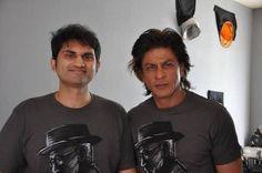 Shah Rukh Khan ( @iamsrk ) with a Fan on the sets of #HNY .   Matching tees . No ? pic.twitter.com/hnVgYw9HIb