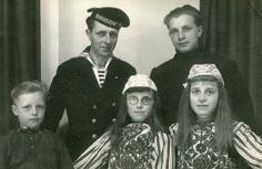 Marken - Foto genomen als verjaardagscadeau voor Neeltje de Groot-Kes die in het sanatorium ligt. Boven v.l.n.r. haar man Dirk de Groot en zoon Klaas, Beneden v.l.n.r. Pieter, Neeltje en Marie de Groot #NoordHolland #Marken