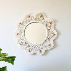 Herkese merhaba 🙋🏻♀️ Aynamızın duvarda duruşu hakkında sorular alıyoruz. Fotoğraflarda göründüğü gibi duvarda da aynı şekilde düz… Macrame Mirror, Macrame Wall Hanging Diy, Bohemian Art, Macrame Projects, Macrame Knots, Macrame Patterns, Boho Pillows, Boho Decor, Diy And Crafts