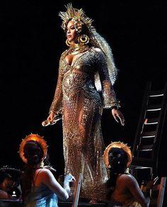 Uma deusa! #Beyoncé roubou a cena no #grammy com seu show intimista e muito poderoso. É sua primeira aparição em público desde o anúncio da gravidez de gêmeos há 11 dias. O vestido dourado foi feito sob medida por @peter_dundas.   via L'OFFICIEL BRASIL MAGAZINE INSTAGRAM - Fashion Campaigns  Haute Couture  Advertising  Editorial Photography  Magazine Cover Designs  Supermodels  Runway Models