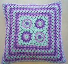 A mix of three lovely colors, turquoise, lila and purple! In the middle four granny squares and then surrounded with granny stripes. There is a