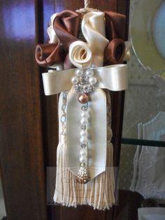 Nappina in seta, raso, perle e nastri per arredare con raffinata eleganza i tuoi mobili e la tua casa.