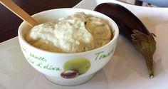 Avendo in frigorifero dello yogurt alla greca ho deciso di preparare la Melitzanosalata, tipica salsa greca a base di melanzane. Buonissima e versatile.
