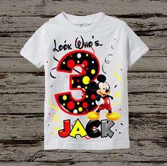 Camiseta de cumpleaños de Mickey Mouse está disponible con cualquier nombre y la edad. Tenga en cuenta la edad y el nombre que desea que aparezca en las notas a la sección del vendedor durante el check-out. POR FAVOR MIRE EN LA CARTA DE ESTILO QUE ES LA ÚLTIMA IMAGEN EN