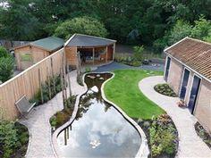 Tuin met ronde vormen en grote vijver