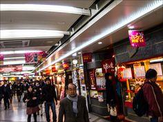 Las chikagai (地下街) o 'ciudades subterráneas', son una gran red de túneles y pasillos bajo tierra repletos de tiendas y restaurantes en Japón.