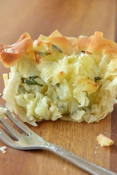 Mini filo homity pies Homity Pies are a wartime speciality traditionally made with shortcrust pastry. For a special treat try this mini and lighter version of a homity pie recipe using filo pastry for the crust. Mini Pie Recipes, Quiche Recipes, Side Recipes, Veggie Recipes, Cooking Recipes, Filo Pastry, Shortcrust Pastry, Homity Pie, Filo Recipe