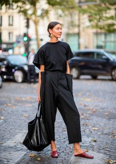PARIS FRANCE - JULY Julia Pelipas wearing black high waist pants black tshirt and bag seen outside Valentino on day four during Paris Fashion Week Haute Couture on July 4 2018 in Paris France. (Photo by Christian Vierig/Getty Images) Black Women Fashion, Look Fashion, Autumn Fashion, Womens Fashion, Paris Fashion, Fashion Beauty, Cheap Fashion, Retro Fashion, Trendy Fashion
