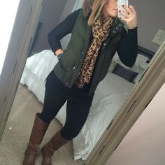 Olive puffer vest with black leggings or pant, riding boots and leopard scarf Vest Outfits For Women, Casual Fall Outfits, Mode Outfits, Fall Winter Outfits, Fashion Outfits, Clothes For Women, Casual Boots, Fashion Scarves, Winter Clothes