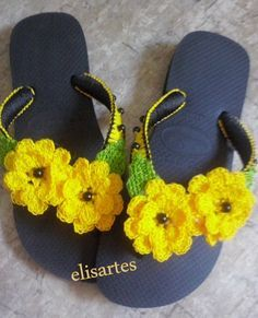 Chinelos decorados com crochê Crochet Slipper Pattern, Crochet Shoes, Crochet Slippers, Love Crochet, Knit Crochet, Crochet Patterns, Flip Flop Craft, Crochet Flip Flops, Decorating Flip Flops