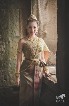 ( by khmer models ) costume Traditional Thai Clothing, Traditional Fashion, Traditional Outfits, Cambodian Wedding Dress, Khmer Wedding, Thai Dress, Wedding Costumes, Traditional Wedding Dresses, Wedding Attire