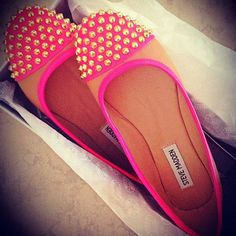 charming pink and tan studded flats. Steve madden always makes cute shoes! Cute Shoes, Me Too Shoes, Uggs, Steve Madden Flats, Madden Shoes, Flipflops, Estilo Rock, Studded Flats, Crazy Shoes