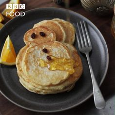 Add festive spice to fluffy pancakes and make into snowmen shapes. The perfect breakfast for Christmas morning or in December. Kids and adults will love these little Christmas brunches or breakfasts. Christmas Brunch, Christmas Breakfast, Christmas Desserts, Christmas Baking, Christmas Morning, Xmas Food, Baking Recipes, Dessert Recipes, Pancake Recipes