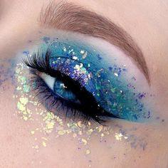 Augen Make-up How to fix glitter on makeup: 4 tips for permanently glowing a lot - Makeup Eye Looks, Rave Makeup, Eye Makeup Art, Eyeshadow Makeup, Blue Eyeshadow, Blue Glitter Eye Makeup, Glitter Face, Eyeshadows, Glitter Eyeliner