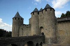 """De bekendste bezienswaardigheid is de volledig gerestaureerde vesterkte oude binnenstad, La Cité de Carcassonne genaamd. Deze """"Ville fortifiée historique de Carcassonne"""" staat sinds 1997 op de werelderfgoedlijst van de UNESCO.[1] Het is het mooiste voorbeeld van een middeleeuwse stad in Europa, die bijna volledig bewaard is, en de grootste bewaarde vesting uit de middeleeuwen."""