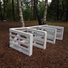 Hästboxar på vår vackra skolgård. Nu ska här lekas häst!