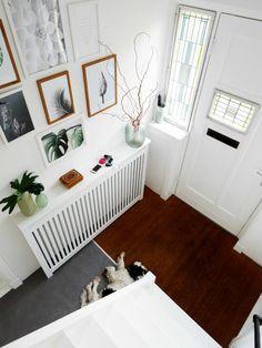 Binnenkijken bij Cynthia • Cynthia Coat Stands, Cribs, Door Handles, Toddler Bed, Home Improvement, New Homes, House, Furniture, Home Decor