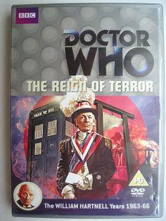 """""""The Reign of Terror"""" è l'ultima avventura della prima stagione della serie classica di """"Doctor Who"""" trasmessa nel 1964 con il Primo Dottore, Ian, Barbara e Susan. Segue """"The Sensorites"""" ed è composta da sei parti, scritta da Dennis Spooner e diretta da Henric Hirsch. Copertina della BBC per l'edizione britannica del DVD. Clicca per leggere una recensione di quest'avventura!"""