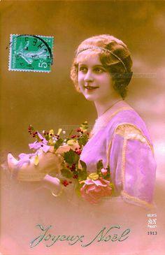 Joyeux Noël - Femme souriante présentant un sabot rempli de gui, de houx aux baies rouges et de roses - 1913 (from http://mercipourlacarte.com/picture?/1292/)