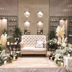アルコラッジョさんはInstagramを利用しています:「. ホワイトを中心にスモーキーグリーンを少々 . 色んなカタチのお花で ランダムに... . たくさんのキャンドルやゴールドの小物でアンティーク感もプラス . 人気のソファ席も色にこだわるだけで一味違う雰囲気になりますね…」 Sofa, Couch, Rustic Theme, Banquet, Armchair, Wedding, Furniture, Home Decor, Instagram