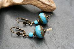 Boucles d'oreilles bronze et turquoise, perles de verre et crochets en métal bronze : Boucles d'oreille par marathi-bijoux