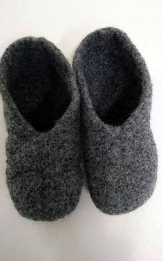 Neulotut huopatossut koko perheelle + OHJE Crochet Socks, Little Gifts, Diy And Crafts, Weaving, Slippers, Knitting, Crocheting, Gift Ideas, Patterns