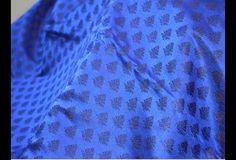 Ceci est une belle pur brocart de soie de Banarasi design floral fabriqué en bleu royal et bleu marine. Le tissu Illustrer feuilles de petits motifs. Vous pouvez utiliser ce tissu pour faire des...