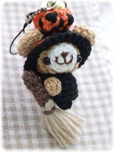 brujita amigurumi pagina japonesa Crochet Brooch, Knit Crochet, Crochet Keychain, Needlecrafts, Key Chains, Crocheting, Witch, Teddy Bear, Halloween