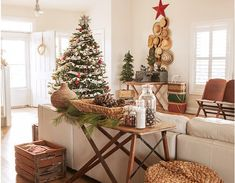 30 Christmas Decor Ideas - Christmas and Holiday Decorations Christmas Tree Decorations, Country Christmas Decorations, Christmas Home, Christmas Decorations Rustic, Elegant Christmas, Rustic Decor, Western Christmas, Rustic Christmas Tree, Modern Christmas
