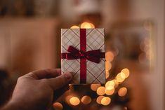 Persoonallinen kuponkivihko voi pelastaa lahjastressiltä. Jouluun on tätä kirjoittaessa vain alle kuukausi aikaa ja moni saattaa jo kuumeisesti miettiä, mitä antaisi rakkaalleen tänä vuonna joululahjaksi. Jos mitään tiettyjä lahjavinkkejä ei ole tullut tai lahjabudjettisi on pieni, Baby Tritte, Easy Homemade Christmas Gifts, Homemade Gifts, Unique Gifts For Girlfriend, One Green Planet, Rose Gift, Made In France, Wine Gifts, Teaching Kids