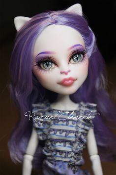 Custom by Raquel Clemente Custom Monster High Dolls, Monster Dolls, Monster High Repaint, Custom Dolls, Pretty Dolls, Beautiful Dolls, Catty Noir, Doll Painting, Little Doll