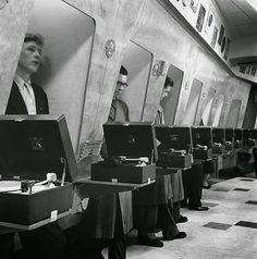 Des clients dans un magasin de disques à Londres, 1955