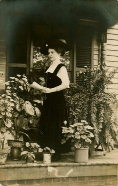 lady botanist with her plant specimens, obscurio, (pinning for you, Kath! Antique Photos, Vintage Photographs, Old Photos, Vintage Photos, Vintage Portrait, African English, Black White Photos, Black And White, Old Photography