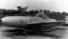 桜花一一型 桜花の初期生産型。 桜花の各型の中で唯一実戦投入された。 自力では飛行できず、一式陸上攻撃機から空中発射された。 火薬ロケット・ブースター三基を装備し、高速で敵艦へ突入することができた。