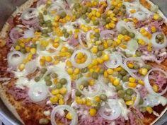 Receita de Pizza de liquidificador 1 xícara (chá) de leite 1 ovo 1 colher (chá) de sal 1 colher (chá) de açúcar 1 colher (sopa) de margarina 1 e 1/2 xícara (chá) de farinha de trigo 1 colher (sobremesa) de fermento em pó 1/2 lata de molho de tomate Sugestão de Recheio: 250 g de mussarela ralada grossa 2 tomates fatiados azeitona picada orégano a gosto MODO DE PREPARO No liquidificador bata o leite, o ovo, o sal, o açúcar, a margarina, a farinha de trigo e o fermento em pó até que tudo esteja…