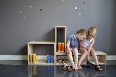 Mooi meubel voor in de hal, woonkamer of kinderkamer. Handig dat de kinderen zo makkelijk hun schoenen aan en uit kunnen trekken.