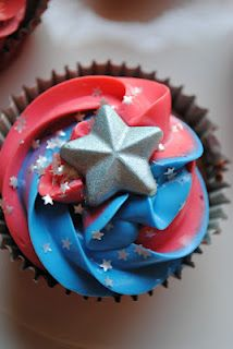 Juli Jacklin's Cupcakes: Captain America inspired cupcakes for Memorial Day Picnic Cupcakes Capitan America, Captain America Cupcakes, Marvel Cupcakes, Captain America Birthday Cake, Captain America Party, Holiday Cupcakes, Cupcake Party, Fathers Day Cupcakes, Diy Father's Day Crafts