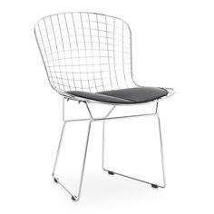 Artesanía y diseño se funden para crear una silla símbolo de elegancia y frescura, la silla Bertoia. El acabado es de acero cromado de alta calidad. El cojín está tapizado en polipiel y sirve de contraste con la estructura de varillas metálicas. Está disponible en negro o en blanco.  Las formas curvadas del asiento están pensadas para recoger el cuerpo del usuario confortablemente.  Como todos los productos cromados,  esta silla es duradera, resistente y mantiene el brillo durante toda su…